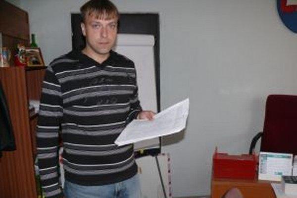 Medzi obyvateľmi Svrčinovca sa šuškalo o nútenej správe už v júli 2013, čo vtedy dnes už bývalý starosta označil za nezmysel. Ako vtedy povedal, vie, odkiaľ vietor fúka a súvisí to skôr s tým, že sa zvolebnieva.