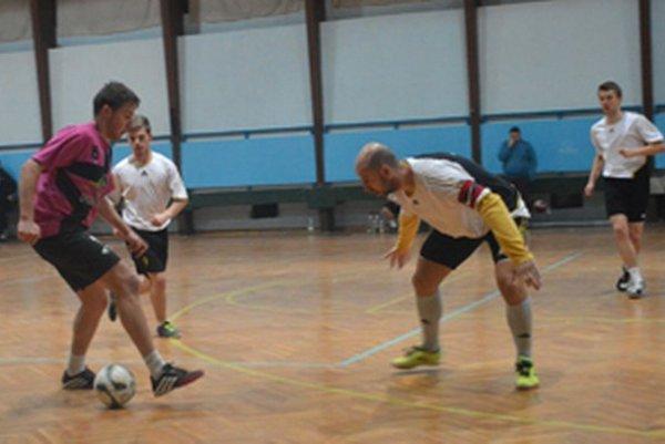 Aj takto to vyzeralo vo finálovom zápase medzi 1.FsK KNM (v bielom) a Juwe Bloky.