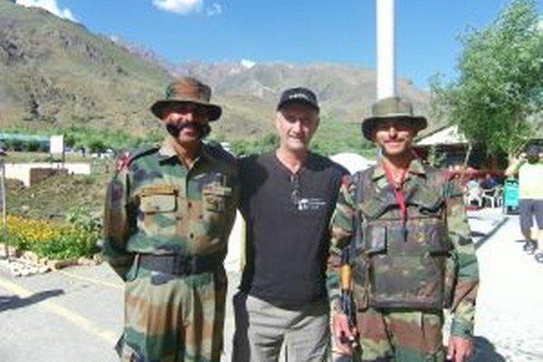 Jozef Banáš s vojakmi horskej brigády Kargil v Kašmíre.