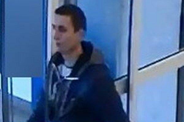 Polícia zisťuje totožnosť tohto muža.