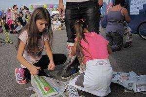 Deti sa v súťaži snažili oblepiť rodičov novinami.