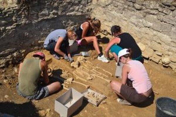 Pri vykopávkach v Radoli objavili aj kostrové pozostatky.