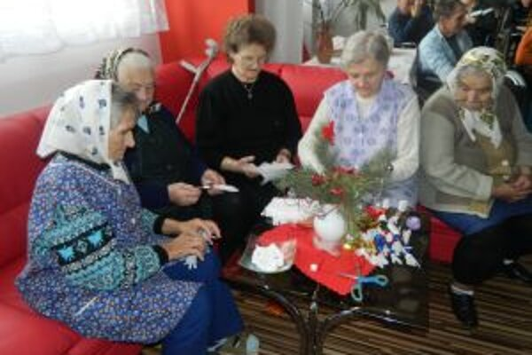 Seniori sa pripravujú na vianočné sviatky.