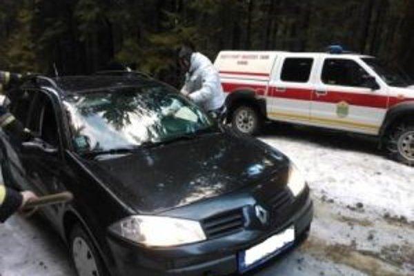 Cesta na Živčákovú je náročná zvlášť v zime. Napriek tomu sa niektorí vodiči pustia po nej, aj keď je pokrytá snehom a ľadom.