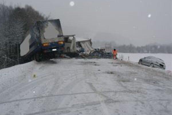 Pri nehode sa ľahko zranili obidvaja kamionisti.