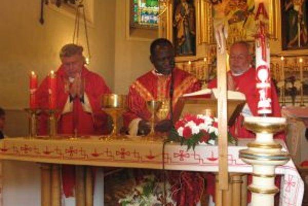 Kardinál Polycarp Pengo z Tanzánie pri slúžení sv. omše v Rakovej.