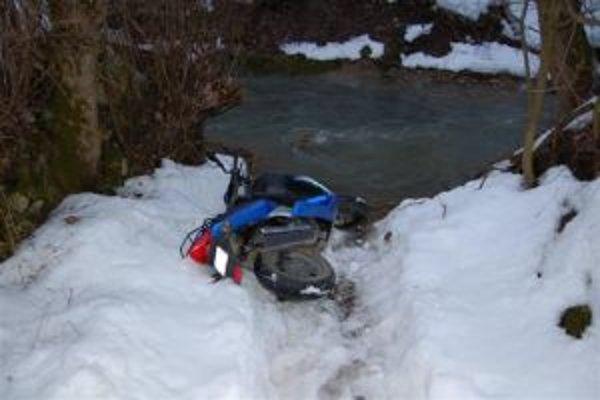 Zlodeji ukradli aj motocykel, dlho sa však z neho netešili.