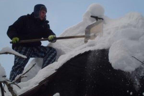 Aj táto zima dáva poriadne zabrať pracovníkom kysuckého skanzenu.