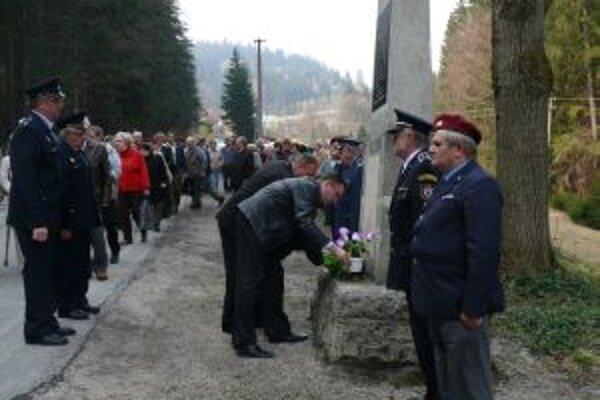 Obyvatelia obce si každoročne pripomínajú pamiatku obetí hroznej tragédie.