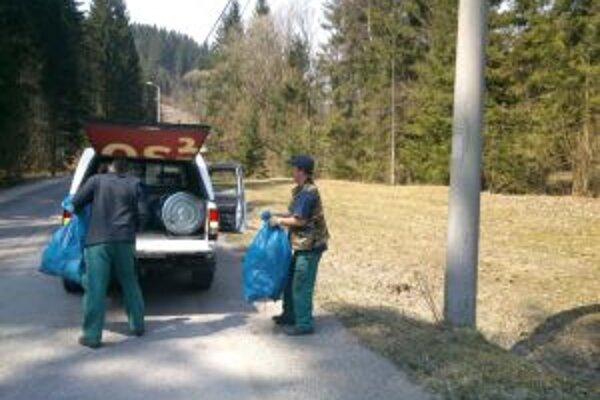 V okolí ciest vyzbierali 56 vriec odpadu.