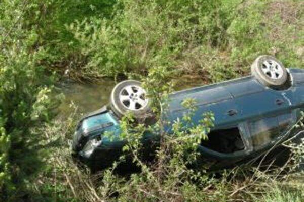 Vodič v Ochodnici sa prevrátil nabok do miestneho potoka.