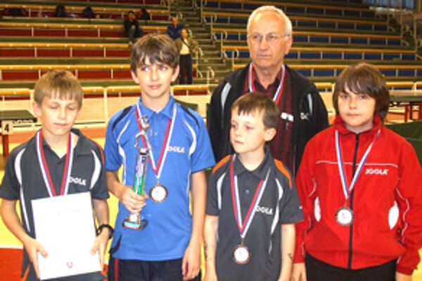 Zľava: Martin Kapusta, Radovan Cyprich, Filip Delinčák, Ľudovít Valárik (tréner), Samuel Cyprich.