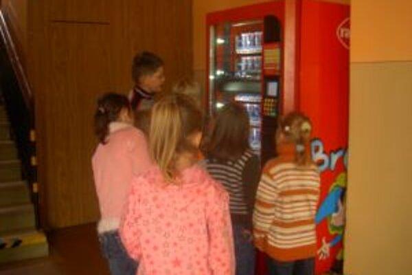 V školách je o mlieko vďaka automatom veľký záujem.