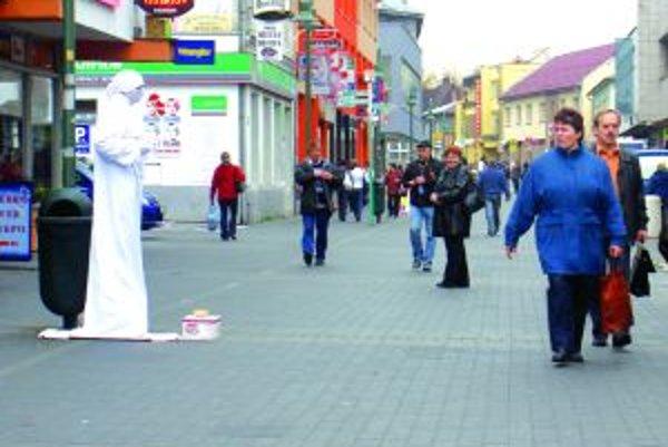 Ľudia sa snažia zarobiť  na ulici rôznym spôsobom.