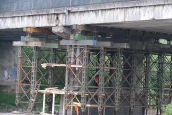 Práce na horelickom moste chceli ukončiť do konca mája.
