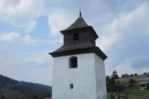 Dvestoročná zvonica dodnes slúži svojmu účelu.