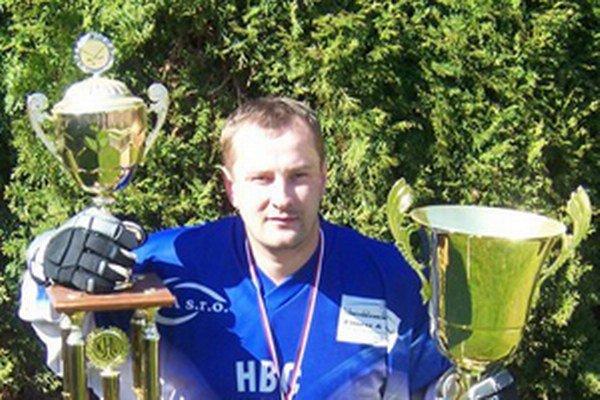 Trofeje pre majstra Kysuckej hokejbalovej ligy patria k najkrajším vo vitríne jeho hokejbalových úspechov. Najväčšie víťazstvo však zaznamenal, keď spoznal svoju budúcu manželku Janku.