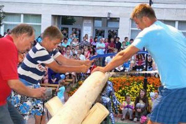 Vlani bolo cieľom organizátorov turzovských rekordov získať účasť 2012 ľudí, ktorí mali za 12 hodín rozpíliť na 100 častí 22 klátov.