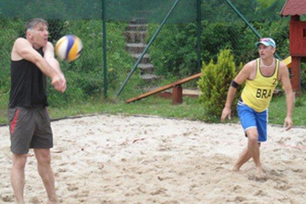 Improvizovaná dvojica Peter Adamica (vľavo) a Ján Masný vyhrali štvrtý turnaj.