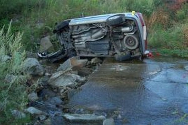 Ukradnuté auto našli havarované v ochodnickom potoku.