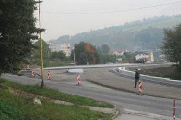 Novobudovaný kruhový objazd pod Žarcom sa vodičom nepozdáva.