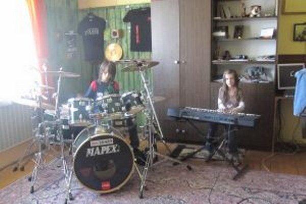 Súrodencov Andreja a Izabelku vedie k hudbe ich otec.