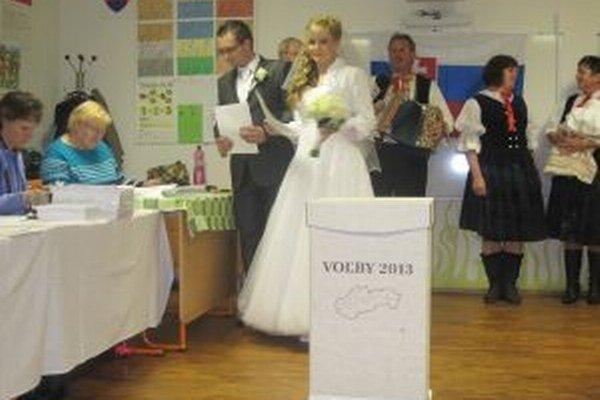 Voliť prišli aj novomanželia Vladimír a Lenka Smržovci.