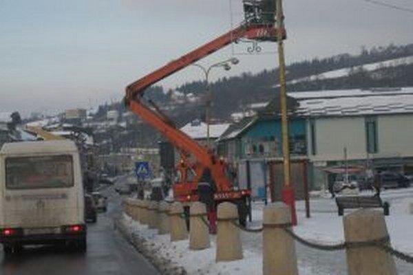 V mestách začali minulý týždeň s inštaláciou vianočnej výzdoby.