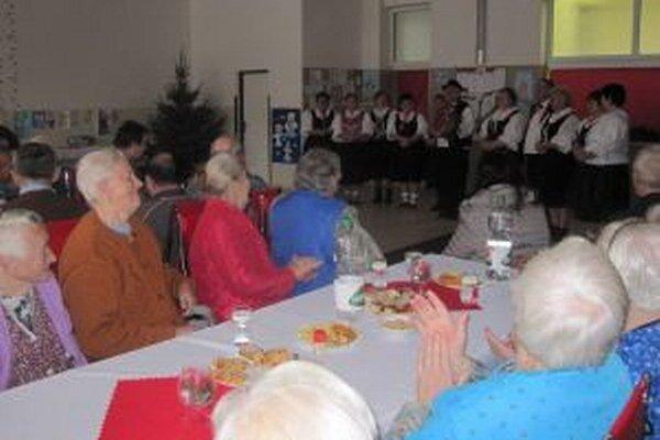 Vianočné zvyky a piesne predviedla folklórna skupina Staškovanka.