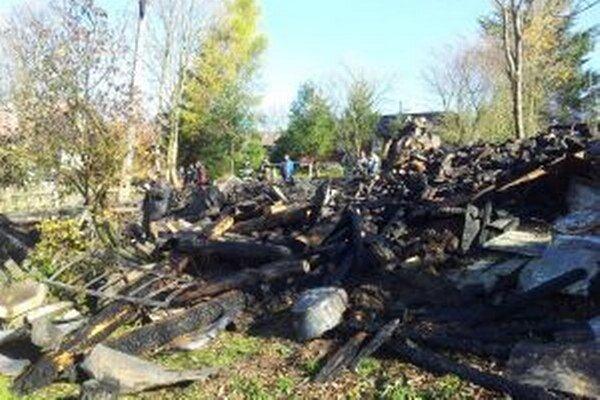 Drevenica zhorela takmer do tla Zahynuli v nej dvaja ľudia. Majiteľ drevenice sa pred ohňom zachránil vyskočením z okna.