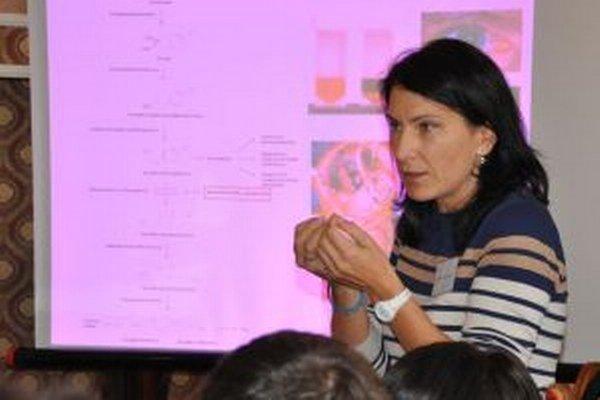 Genetička Andrea Zaťková počas prednášky pre pacientov v Žiline.