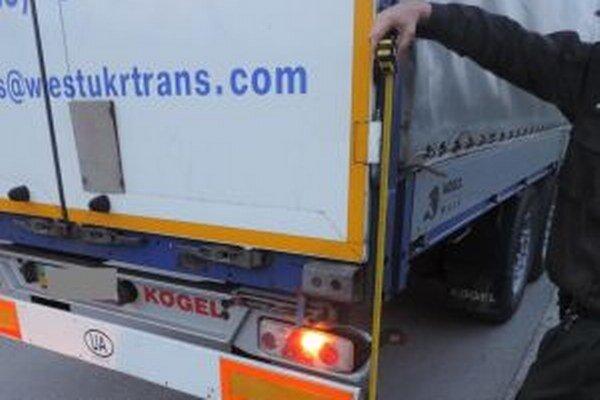 Podgurážený ukrajinský vodič kamióna spôsobil v Kysuckom Novom Meste dopravnú nehodu.