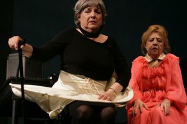 Božidara Turzonovová a Eva Krížiková v úlohách starnúcich operných hviezd.