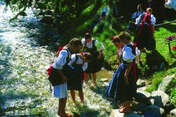 Vodu treba najskôr vyskúšať. Čoskoro prídu mládenci s korbáčmi a začne kúpačka.