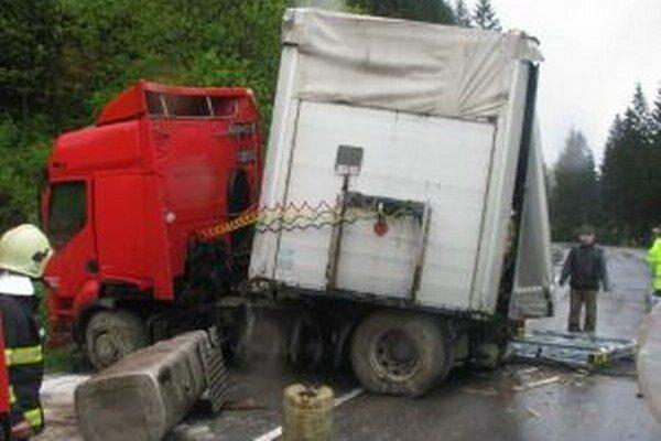 V Makove havaroval český kamión, škodu odhadli na 45-tisíc eur.