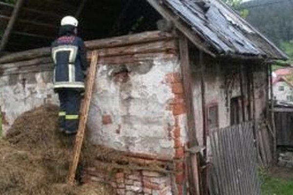 Hasičom sa podarilo požiar hospodárskej budovy včas uhasiť.