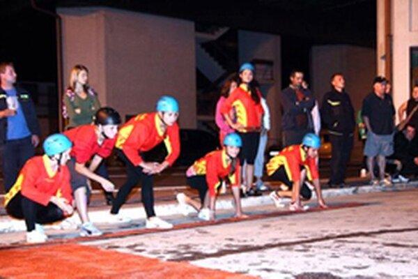 Aj takto to vyzerá na nočných súťažiach Nočnej hasičskej ligy Žilinského kraja.