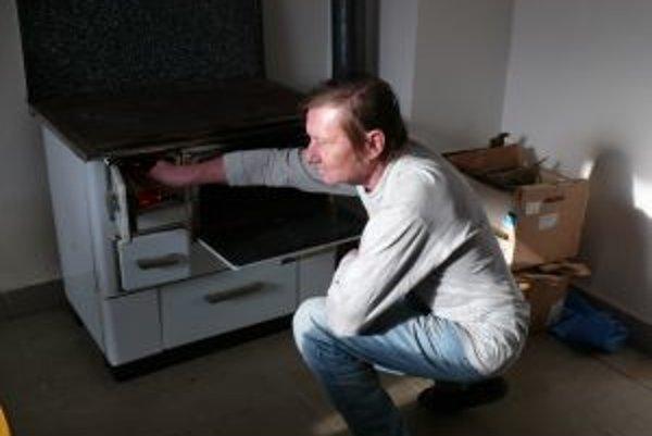 Aby sa mohlo kúriť, treba najskôr napíliť drevo.