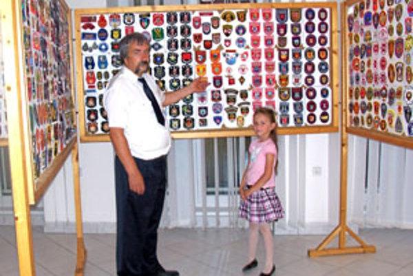 Jozef Malík sa zo svojej zbierky hasičských nášiviek teší. Je to asi najväčšia takáto zbierka na Slovensku.