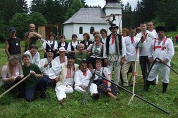 Medzinárodná súťaž v kosení trávy tiež prilákala do Múzea kysuckej dediny nemálo návštevníkov.
