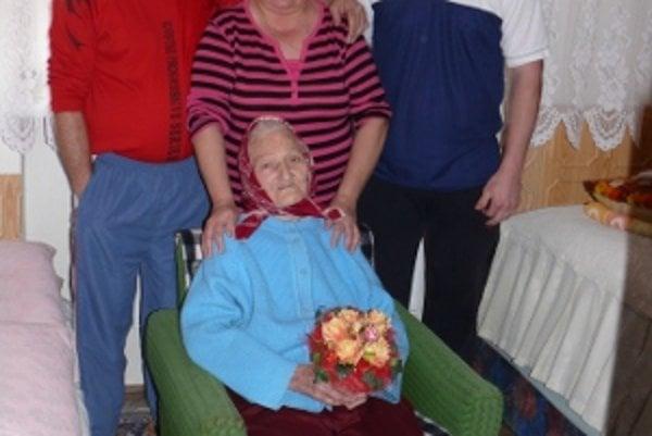 Storočná Paulína Macejková z Rudiny v kruhu rodiny.