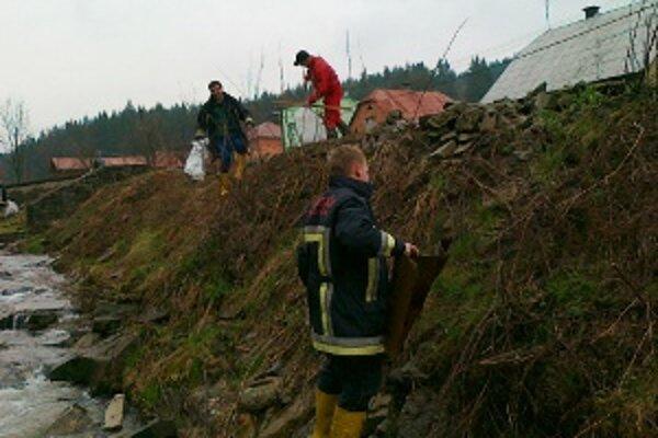 Do brigády sa zapojili aj miestni dobrovoľní hasiči.