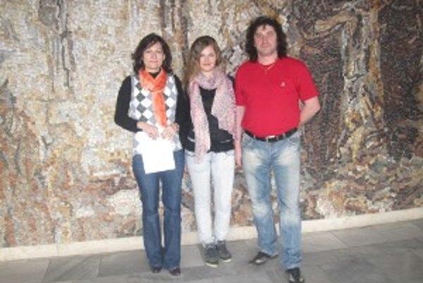 Talentovaná speváčka Margita Drozdeková (v strede) so svojím učiteľom Jánom Kováčikom a projektovou manažérkou Domu kultúry v Čadci Veronikou Strýčkovou.