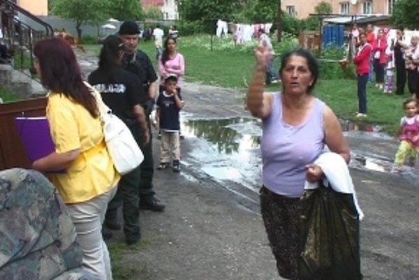 Rómskym rodinám sa nepáčilo, že musia opustiť svoje byty.