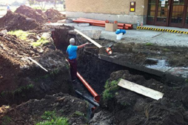 Počas letných prázdniny napojili na verejnú kanalizáciu aj ZŠ E. A. Cernana.