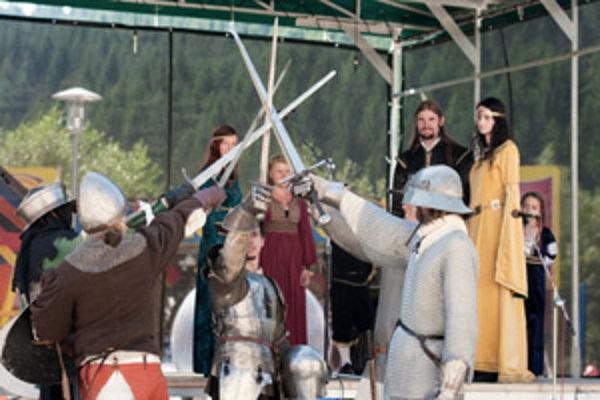Prezentácia knihy prebiehala v stredovekom štýle, v podaní divadla Skala z Krásna nad Kysucou a Cechu Terra de Selinan zo Žiliny.