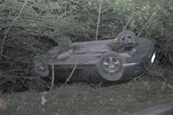 Hrozivo vyzerajúca nehoda skončila našťastie bez vážnejších zranení.