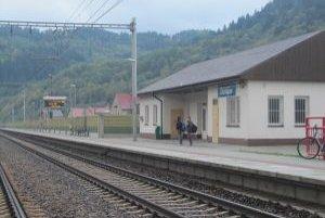 Stanica je zatvorená, cestujúci si lístky kupujú vo vlaku.