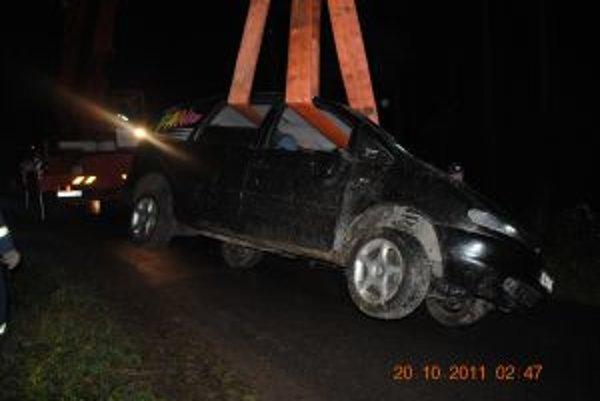 Auto museli vytiahnuť z potoka s pomocou žeriavu.