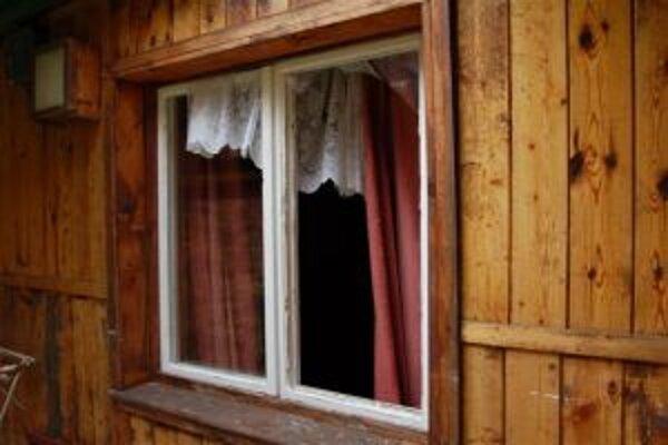 Do chát sa zlodej dostával cez okno.